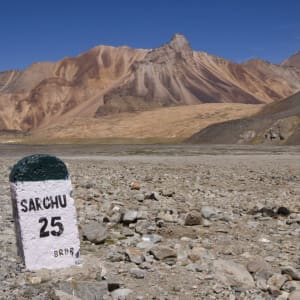 Himachal Pradesh & Ladakh ab Delhi: Himalaya: Road between Manali and Leh 25 km to Sarchu
