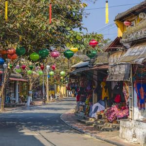 Vietnam für Geniesser ab Hanoi: Hoi An Colorful Street with Shops