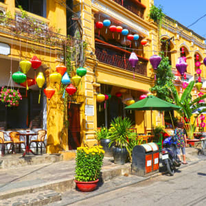 Höhepunkte Vietnams ab Hanoi: Hoi An Colourful buildings with festive silk lanterns