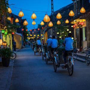 Découverte active du centre du Vietnam de Hué: Hoi An Night view of busy street