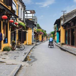 Découverte active du centre du Vietnam de Hué: Hoi An: Street with Cyclo