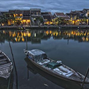 Découverte active du centre du Vietnam de Hué: Hoi An: Twilight at the river bank in ancient town