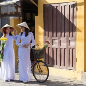 Grosse Indochina Reise ab Hanoi: Hoi An Vietnamese Women with traditional Ao Dai Dress