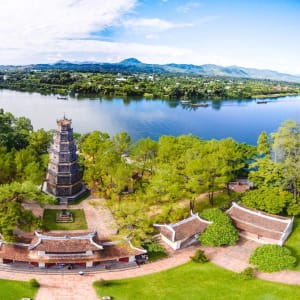 Les hauts lieux du Vietnam de Hanoi: Hue Thien Mu Pagoda from sky