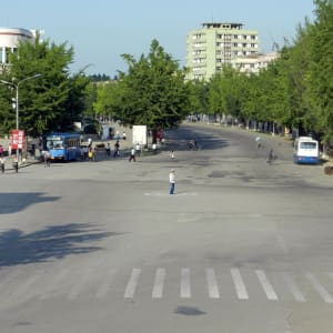 Nordkorea Kompakt ab Pyongyang: Kaesong: Policeman at Nam Southern Gate