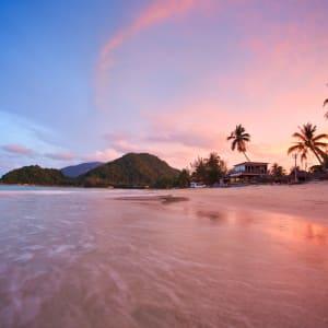 Von Küste zu Küste im Süden Thailands ab Krabi: Khanom beautiful beach at sunset