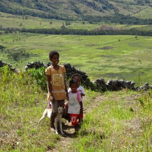 Papua - Reise in eine andere Zeit ab Jayapura: Kids outside their village