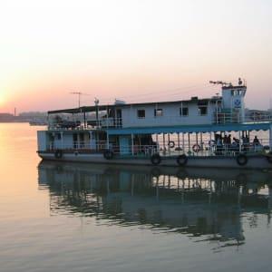 Coucher du soleil sur la rivière Hooghly à Kolkata: Kolkata Hooghly River (Gallus)