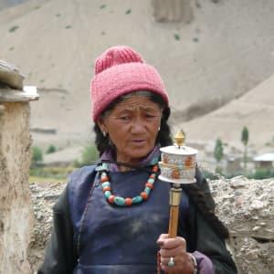 Les montagnes spectaculaires de Ladakh de Leh: Leh: old woman with prayer wheel