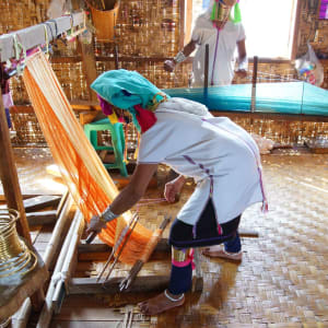 Kayah - Reise in eine verborgene Welt ab Inle Lake: Long necked Kayan Padaung woman weaving on a loom
