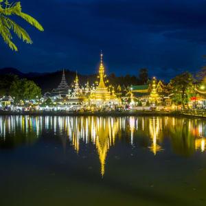 Mietwagenrundreise Mae Hong Son ab Chiang Mai: Mae Hong Son: Wat Chong Klang (r) and Wat Chong Kham (l)