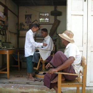 Découverte active du Myanmar de Yangon: Mandalay hair dresser