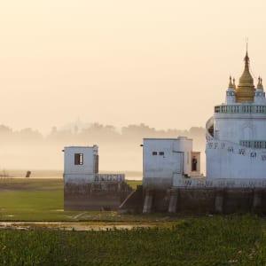 Mythes et légendes du Myanmar de Yangon: Mandalay Pagoda in sunset background