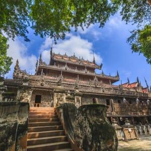 La fascination du Myanmar – un pays en mutation de Yangon: Mandalay Shwenandaw Kyaung Monastery or Golden Palace Monastery