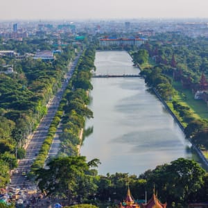 La fascination du Myanmar – un pays en mutation de Yangon: Mandalay the palace wall and moat