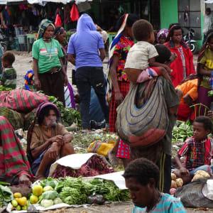 Papouasie – un voyage dans un autre temps de Jayapura: Market in Wamena
