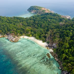 Croisière en voilier dans l'archipel paradisiaque des Mergui de Kawthaung: Mergui Archipel aerial drone view
