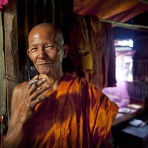 Découverte active de la merveille d'Angkor de Siem Reap: Monk with cigarette