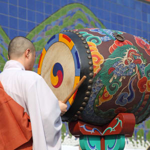 Temple Stay de Busan: Monk with Drum in Temple