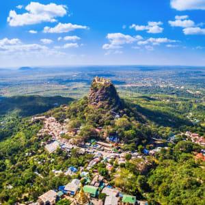 La fascination du Myanmar – un pays en mutation de Yangon: Mount Popa aerial view