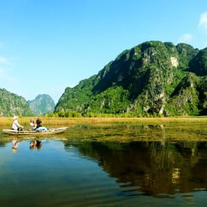 Impressionen Nordvietnams ab Hanoi: Ninh Binh: Landscape with boat in Van Long natural reserve