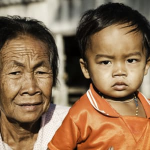 Laos Intensiv ab Vientiane: Old Lady with child