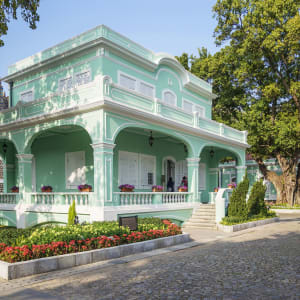 Macao historique & moderne: Old portuguese style colorful house in Taipa Macau