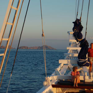 Kreuzfahrt durch die Inselwelt Indonesiens / Bali - Flores ab Südbali: Ombak Putih: on the bow