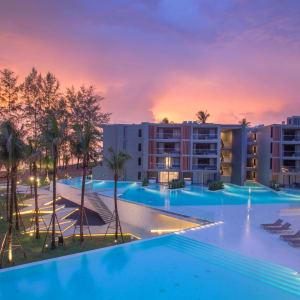La Vela Khao Lak: Hotel overview at sunset
