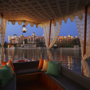 The Leela Palace à Udaipur: View from the boat on the lake