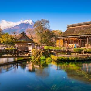 Circuit en groupe «Découverte du Japon et de la Corée du Sud» de Séoul: Oshino Hakkai with Mt. Fuji in the background.