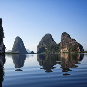 Individuelles Inselhüpfen in der Bucht von Phang Nga ab Phuket: Phang Nga Bay: calm water with reflection