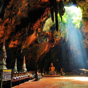 Mietwagenrundreise in den Süden ab Bangkok: Phetchaburi - Buddha cave at Tham Khao Luang