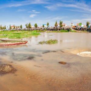 Flusskreuzfahrt nach Angkor ab Saigon: Phnom Penh exotic rural fishing village along river bank