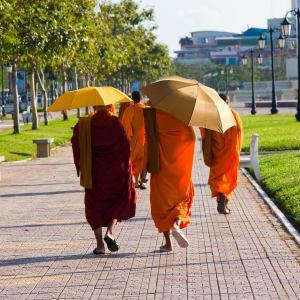 Flusskreuzfahrt nach Angkor ab Saigon: Phnom Penh monks walking on the street