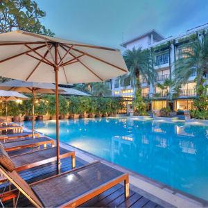 Burasari à Phuket: Evening mood at the pool
