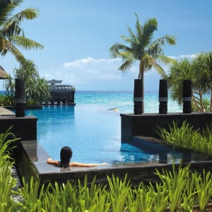 Shangri-La's Boracay Resort & Spa: Infinity pool by Banyugan beach