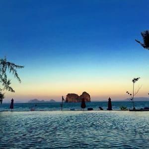 Thanya Resort in Ko Ngai: Pool and Sea