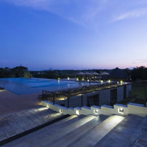 Aliya Resort & Spa in Sigiriya: Pool at night