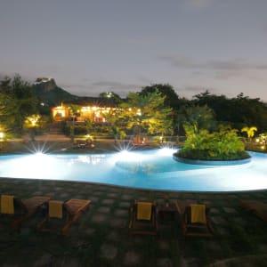 Popa Garden Resort à Bagan: Pool by night