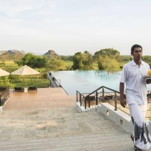 Aliya Resort & Spa in Sigiriya: Pool Service
