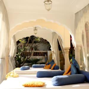 Samode Haveli in Jaipur: Salas at the pool