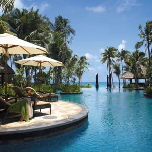 Shangri-La's Boracay Resort & Spa: Swimming pool with lounge area