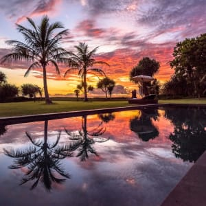 WakaGangga à Sud de Bali: Swimming-Pool with Sunset Reflections
