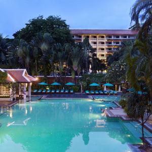 Anantara Riverside Bangkok Resort: Tropical swimming pool