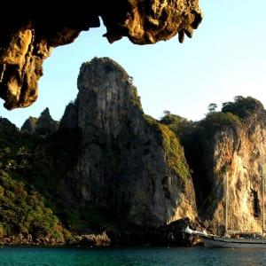 Croisière en voilier dans l'archipel paradisiaque des Mergui de Kawthaung: Raja Laut anchoring near Karst islands1