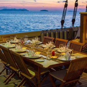 Croisière en voilier dans l'archipel paradisiaque des Mergui de Kawthaung: Raja Laut dining on the desk in sunset in Mergui