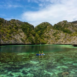 Croisière en voilier dans l'archipel paradisiaque des Mergui de Kawthaung: Raja Laut kayaking on the crystal green waters of Mergui islands