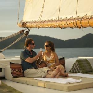 Croisière en voilier dans l'archipel paradisiaque des Mergui de Kawthaung: Raja Laut sunloungers sailing in Mergui Archipelago 1