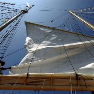 Croisière en voilier dans l'archipel paradisiaque des Mergui de Kawthaung: Raja Laut yacht rigging against the blue sky